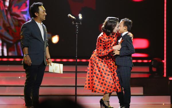 nha-phuong-truong-giang-chien-thang-o-vtv-awards-2016-7