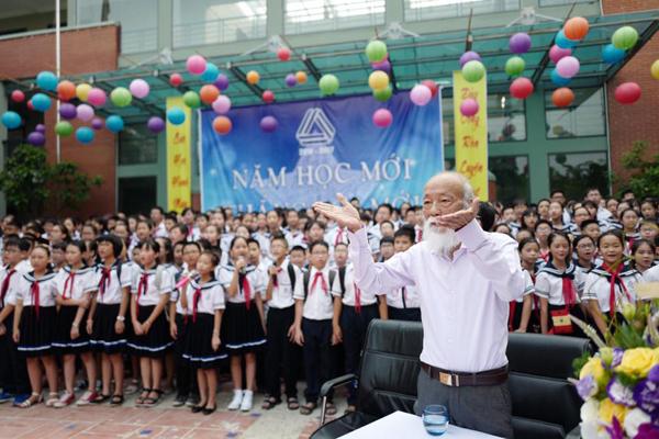 con-gai-thay-van-nhu-cuong-chia-se-xuc-dong-ve-bo-nhan-khai-giang-1