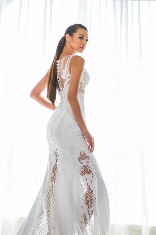 [Caption] Váy có phom dáng ôm sát, chân váy được may bằng ren trong suốt, tạo khoảng hở hợp lý cho váy cưới, đồng thời khoe đôi chân dài cho cô dâu.