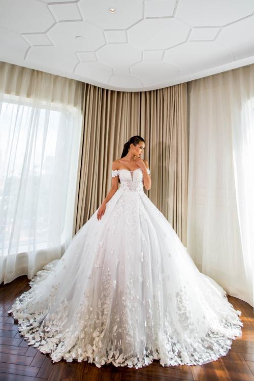 [Caption]Váy cưới trễ vai được làm mới bởi cách đính kết hạt ngọc trai công phu, tạo điểm nhấn ấn tượng trên bề mặt chất liệu. Chiếc váy xòe bồng lộng lẫy là gợi ý hoàn hảo biến cô dâu thành nàng công chúa xinh đẹp ngày cưới.