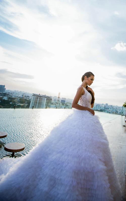 [Caption]Bước ra từ chương trình The Face, Lilly Nguyễn (học trò Hồ Ngọc Hà) trở thành gương mặt đắt show sự kiện, chụp ảnh thời trang ở thời điểm hiện tại. Mới đây, cô xuất hiện dịu dàng, nữ tính trong bộ ảnh giới thiệu những mẫu áo dài truyền thống.