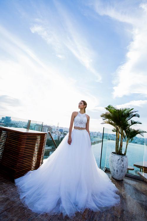 [Caption]Thiết kế váy cưới dạng rời (crop - top) táo bạo dành cho cô dâu cá tính, yêu thích sự phá cách. Dáng váy này giúp tôn lên vòng eo con kiến và vòng một tròn đầy mà vẫn kín đáo, thanh lịch, trẻ trung.