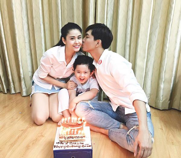 Khoảnh khắc hạnh phúc của gia đình Trương Quỳnh Anh - Tim: Ba ngọn nến lung linh.