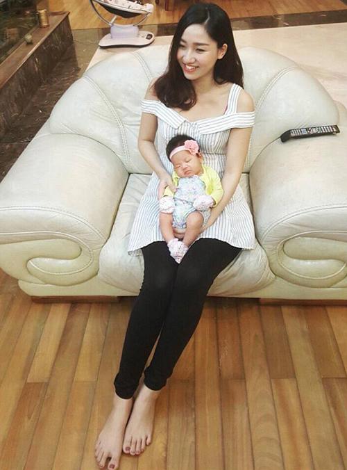 Á hậu Ngô Trà My khoe ảnh đầy tháng con gái.