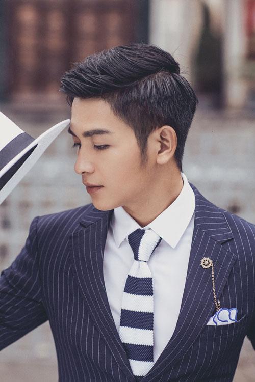 [Caption]Hot boy phát thanh viên của đài Truyền hình Bình Phước đã có dịp trải nghiệm mùa thu Hà Nội và có những bức hình đẹp không kém gì soái ca quân nhân Soong Joong Ki trong Hậu duệ mặt trời của Hàn Quốc.