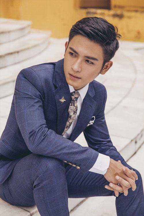 [Caption]Kiểu áo vest một cúc cùng đường may ôm sát, cứng cáp giúp tôn vóc dáng hiệu quả cho chú rể.