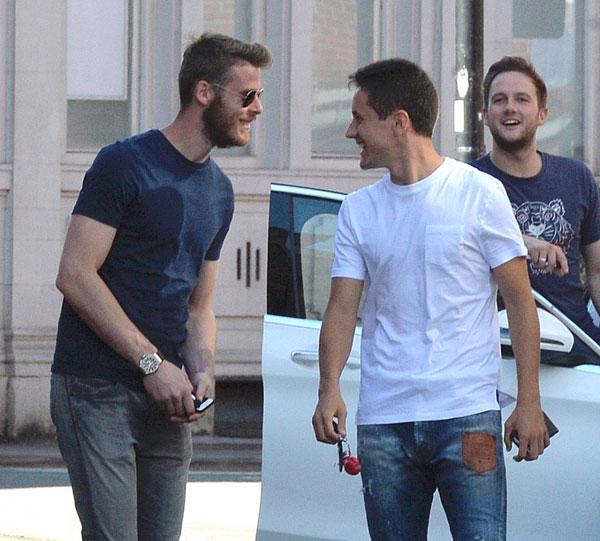 De Gea và Herrera chuyện trò rôm rả, tinh thần thoải mái trước trận đấu quan trọng ở vòng 4 Premier League gặp đội bóng cùng thành phố Man City.