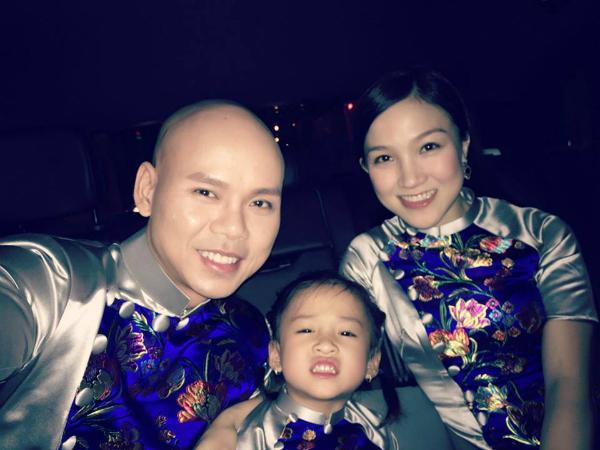 Gia đình Phan Đinh Tùng mặc đồng phục nổi bật Cả nhà đang trên đường đi chụp 1 bộ hình để kỉ niệm mùa Trung Thu năm nay.