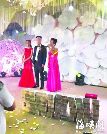 Những cọc tiền cao đến đầu gối được xếp liền nhau trên sân khấu đám cưới. Ảnh: Sina