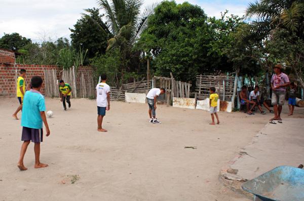 Các cậu bé thường chơi bóng đá cùng nhau. Ảnh: Caters