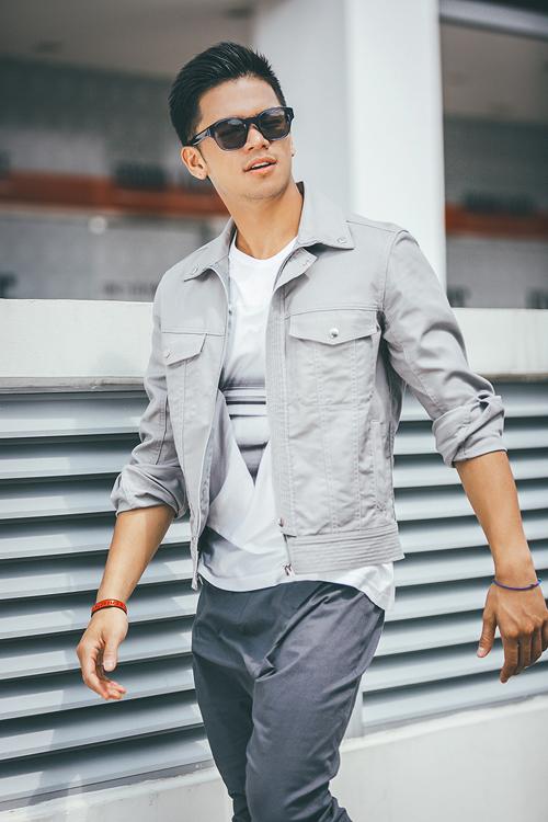 Áo thun trắng và quần khaki là set đồ không bao giờ lỗi mốt. Nếu bạn yêu thích phong cách bụi bặm, hãy mặc cùng một chiếc áo khoác có nhiều túi và dây kéo.