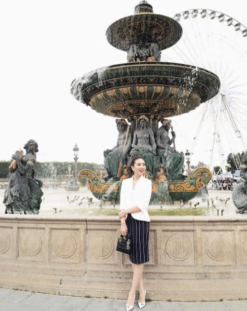 [Caption]Mai Ngọc là một trong những MC thời tiết được nhiều khán giả yêu mến của Đài Truyền hình Việt Nam. Cô từng gây ấn tượng mạnh khi tác nghiệp trong cơn bão Haiyan tháng 8/2013 với bức ảnh được chia sẻ rộng rãi trên mạng. Trước đó, Mai Ngọc cũng được biết đến là hot girl thế hệ đầu của Hà thành. Vốn kín tiếng trong chuyện tình cảm, lễ dạm ngõ của MC 9X khiến nhiều người bất ngờ.
