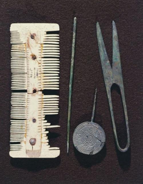 Từ thế kỷ V đến VIII, phụ nữ dùng những chiếc lược làm từ xương động vật để chải tóc.