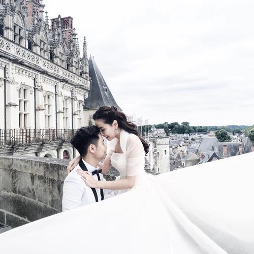 [Caption] Mai Ngọc mặc váy cưới của thương hiệu nổi tiếng thế giới Vera Wang. Cặp đôi tạo dáng bên lâu đài Amboise. MC 9X cũng tiết lộ cô mê mệt những lâu đài trong truyện cổ tích.