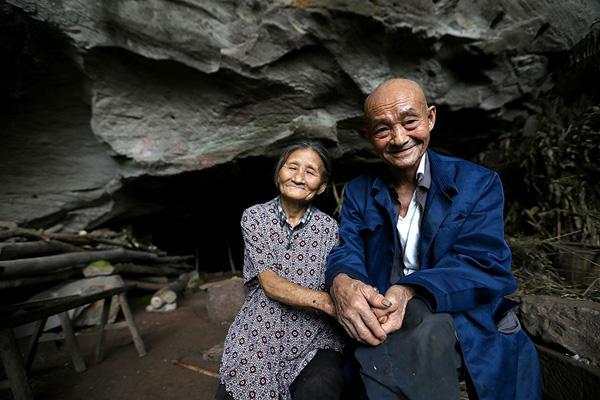 Ông Liang Zifu, 81 tuổi, kết hôn với bà Li Suying, 77 tuổi, ở huyện Nanchong, tỉnh Tứ Xuyên, cách đây 57 năm. Sau ba năm chung sống nhưng không có đủ tiền mua nhà, cặp vợ chồng quyết định chuyển vào sống trong một cái hang và gắn bó với ngôi nhà này từ đó đến nay.