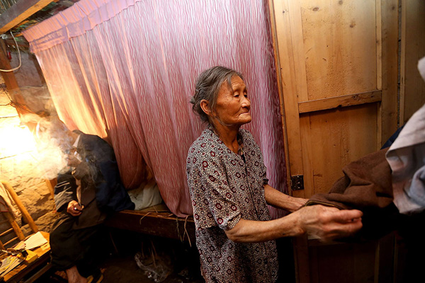Theo SCMP, sau nhiều lần được cải tạo, hiện cái hang có một phòng ngủ, một phòng khách và nhà ăn. Thậm chí, vợ chồng ông Liang còn quây cả một cái chuồng lợn, với diện tích 60 m2, bên trong chiếc hang này.