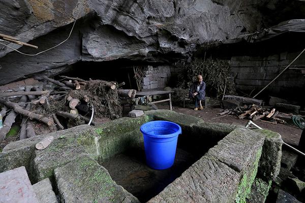 4 đứa con của vợ chông ông Liang được sinh ra và nuôi lớn trong hang, nhưng đôi khi họ cảm thấy cô đơn bởi các con và hàng xóm cũ đều đã chuyển đến định cư ở các thành phố.