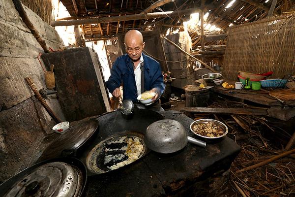 Tuy đã ngoài 80 nhưng ông Liang Zifu vẫn có thể một mình lo chuyện cơm nước.