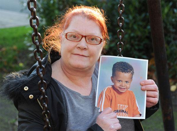 Bà Denise, mẹ ruột Dele Alli cầm trên tay ảnh cậu con trai tài năng ngày nhỏ, mong