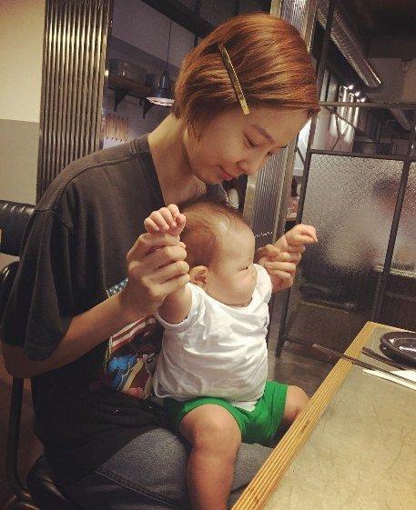 Nhóc tì của Kim Na Young mũm mĩm, ngơ ngác trong vòng tay mẹ.