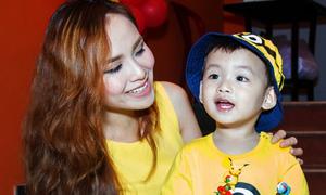 Con trai Diễm Hương hớn hở theo mẹ đi sự kiện
