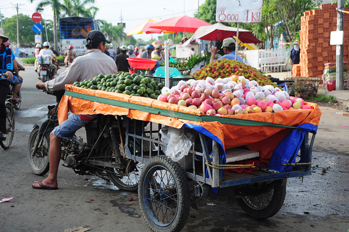 Chợ trái cây miệt vườn giá rẻ trên xe lôi tại Sài Gòn
