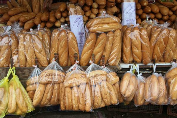 Bánh mì được bán nhiều trong các chợ địa phương ở Vientiane. Ảnh: shutterstock.