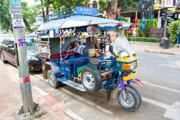 Xe tuk tuk, phương tiện di chuyển rẻ và tiện lợi. Ảnh: shutterstock.