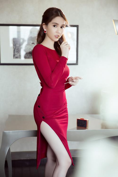 ngoc-trinh-chon-vay-ao-ton-duong-cong-sexy-5