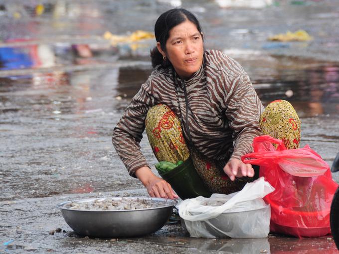 \'Chợ chồm hỗm\' bán cá giá rẻ nhất Sài Gòn