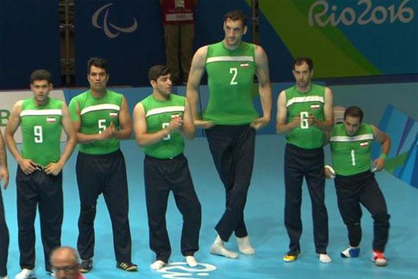 Chàng trai Iran cao hơn hẳn các đồng đội. Ảnh: Sun.
