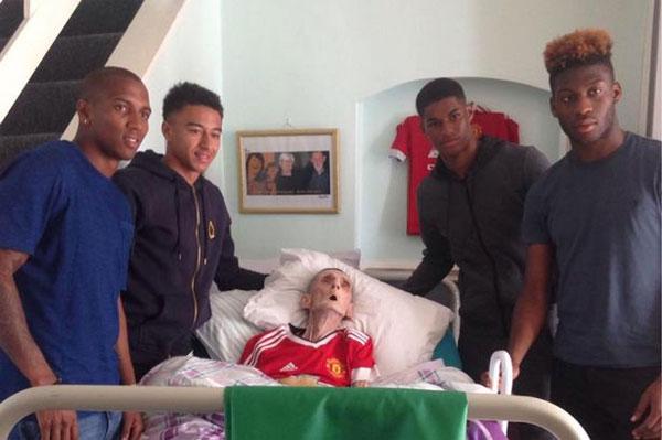 Marcus Rashford, Jesse Lingard, Ashley Young và Timothy Fosu-Mensah bên giường bệnh của cụ ông Paddy Lawler