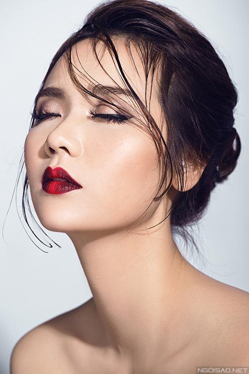 Màu môi ombre đỏ - đen hợp với những quý cô cá tính.