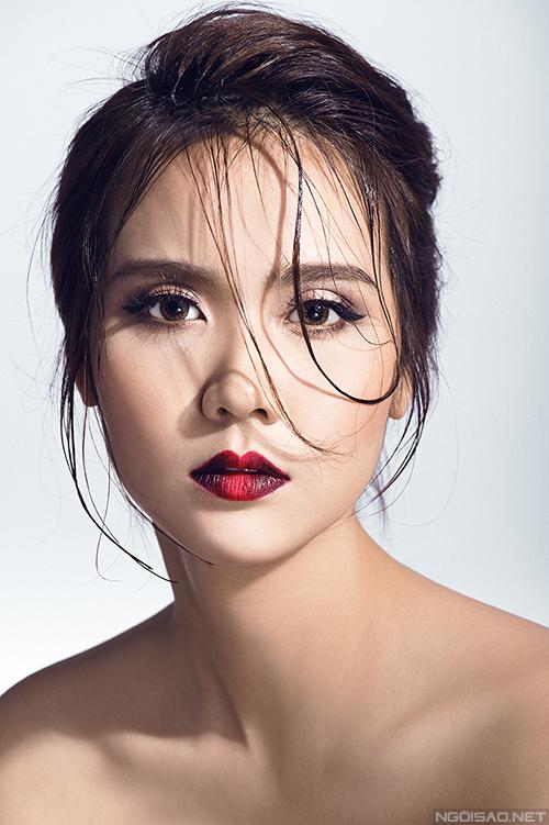 màu đen có thể dùng son hoặc dùng mắt nước đánh hai bên và màu đỏ đánh cho điểm giữa của đôi môi.
