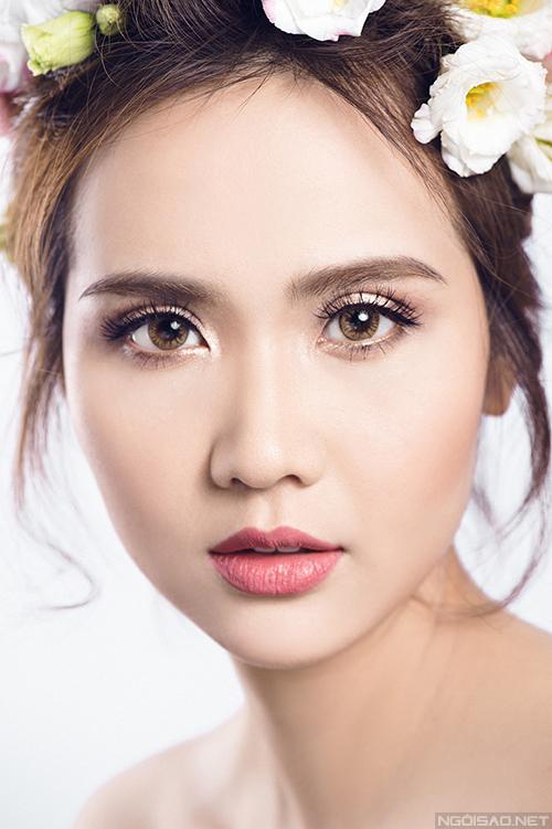 Khi trang điểm với son màu nude, nên dùng Màu mắt dùng tone be cho đầu mắt và nhấn màu nâu cho đuôi mắt.