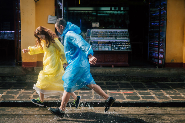 Đôi uyên ương cùng ê kip chụp ảnh đã quyết định thực hiện bộ ảnh cưới với áo mưa màu rực rỡ.Giữa cơn mưa xối xả, gió giật mạnh, Công Hải - Minh Hiên không khác gì một cặp vũ công đang hòa mình vào điệu nhảy nồng cháy của tình yêu.Bộ ảnh được thực hiện bởi nhiếp ảnh gia Nguyễn Mạnh Hùng Rin.