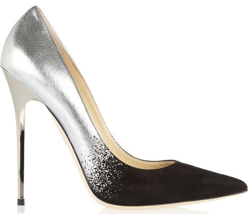 [Caption]Khi chọn giày cưới, điều quan trọng nhất mà cô dâu cần lưu ý là đôi giày phải mềm mại và làm bạn thoải mái, tự tin khi di chuyển. Bạn nên mua giày trước đám cưới ít nhất 2 tuần và nên đi thử 2-3 lần trước hôn lễ để quen giày.