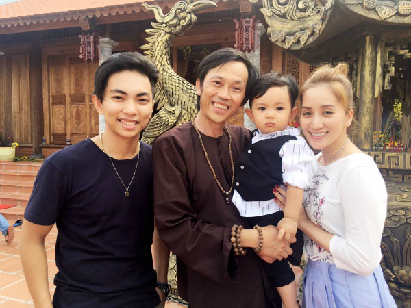 Kubi được danh hài Hoài Linh bế khi theo ba mẹ đến nhà thờ Tổ nghiệp sân khấu do danh hài xây dựng.