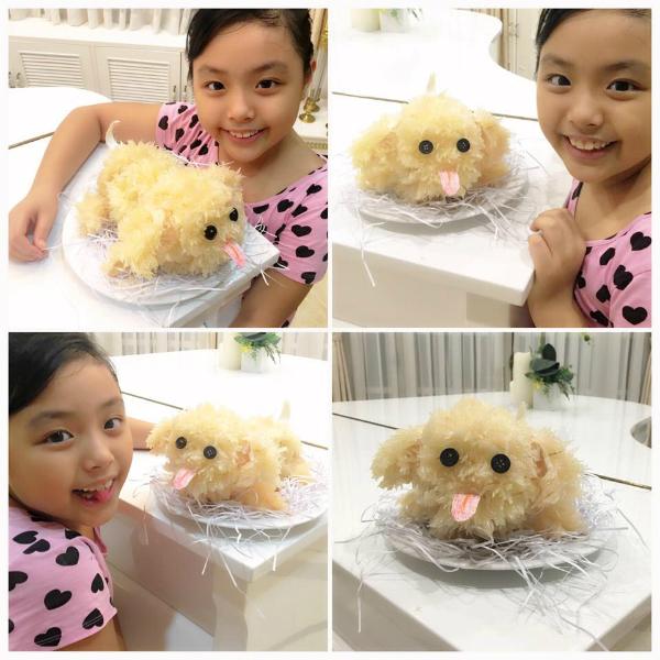 Suti hứng thú với con chó bưởi do mẹ Hạnh làm cho hai chị em.