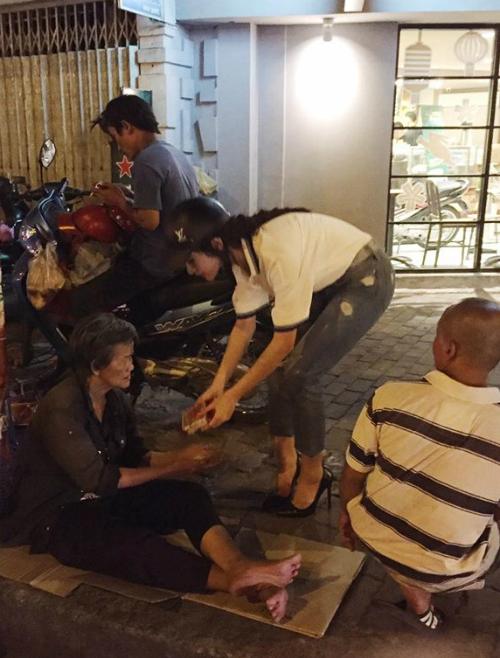 Angela Phương Trinh làm công việc quen thuộc là phát quà cho những người vô gia cư. Cô chia sẻ: .