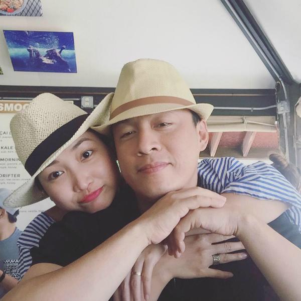Vợ Lam Trường tình cảm ôm vai chồng trong chuyến du lịch, cô viết: Yêu lắm ý.