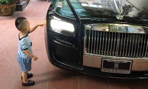 Con trai Ngọc Thạch khám phá siêu xe 40 tỷ của bố
