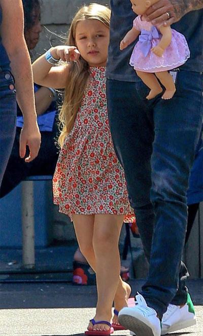 Cô nhóc Harper vừa thích trang điểm làm đẹp giống mẹ, vừa có thể chạy đá bóng như các anh trai.