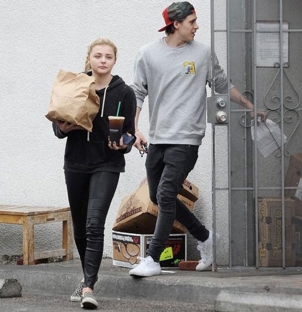 Cặp đôi tuổi teen quấn quýt bên nhau suốt từ tháng 5 nhưng một tuần trước khi Brooklyn về Anh với gia đình, cả hai không được trông thấy ở bên nhau.