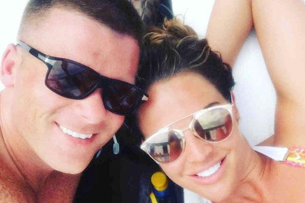Người đẹp Danielle Lloyd bên chồng sắp cưới Michael ONeil.