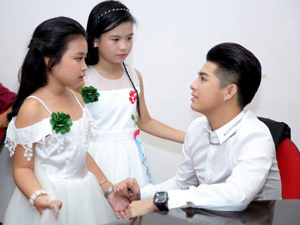 ngo-kien-huy-lot-xac-trong-hau-truong-the-voice-kids-7