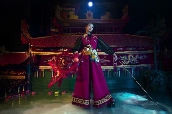 Sân khấu múa rối nước, trang phục mang những đường nét đặc trưng của văn hoá Á Đông cùng đạo cụ lồng đèn.