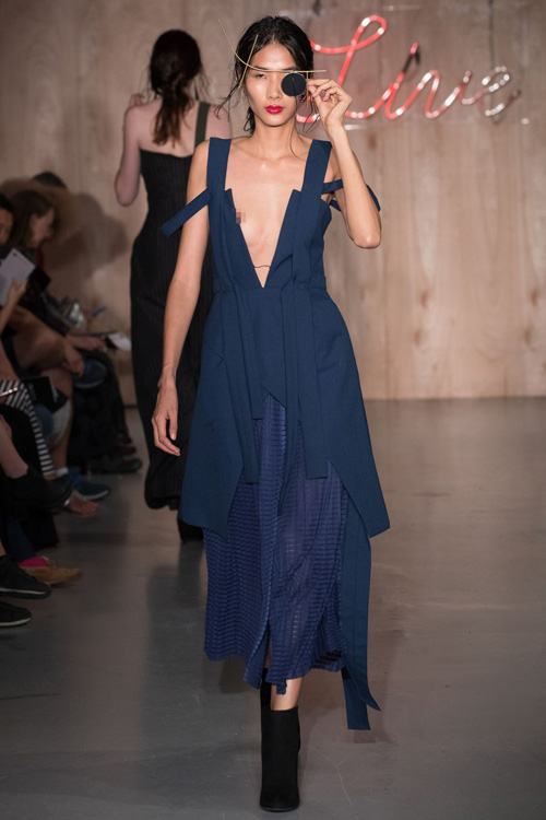 hoang-thuy-lo-nguc-tren-san-dien-london-fashion-week-4