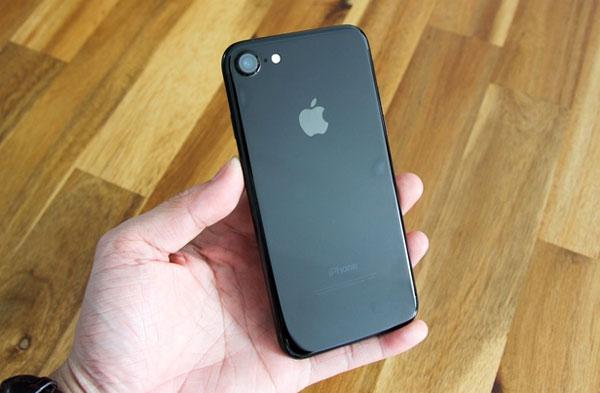 iphone-7-jet-black-dau-tien-o-viet-nam-gia-32-trieu-dong-1