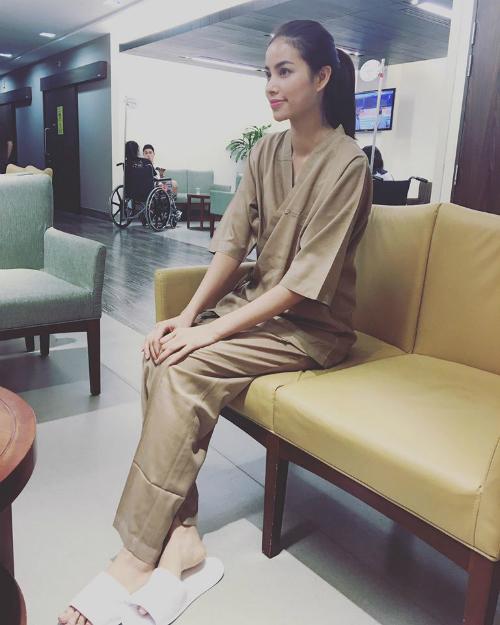 Phạm Hương đang có mặt ở Singapore, cô ghé qua một bệnh viên để kiểm tra sức khỏe.